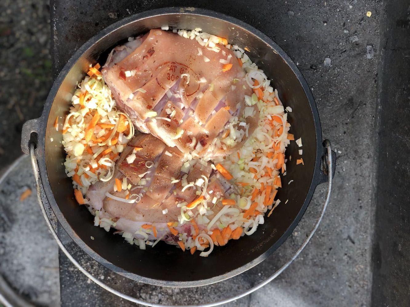 Schweinsbraten - Zubereitung im Dutch Oven