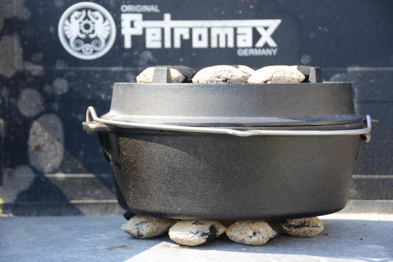 Dutch Oven mit leckerem Ragout gefüllt