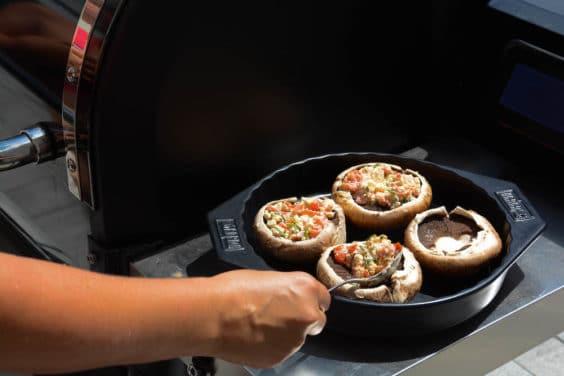 Beim Füllen der Portobello Pilze für den Grill