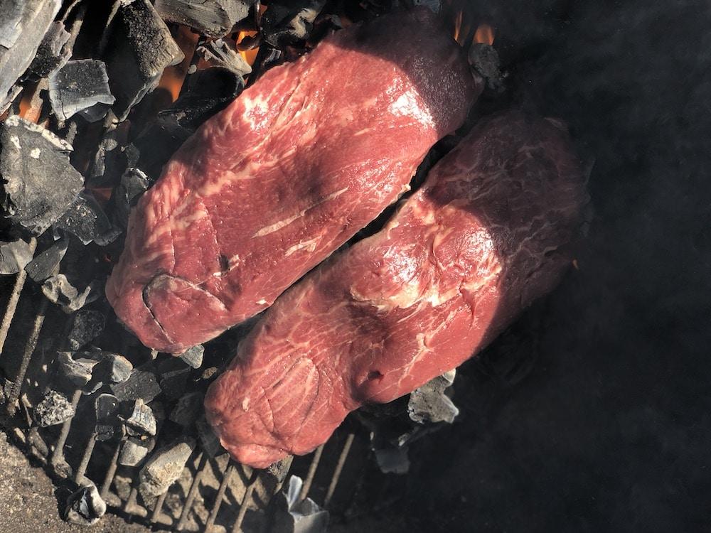 Steak im Caveman Style zubereitet - eine der ursprünglichsten Grillmethoden