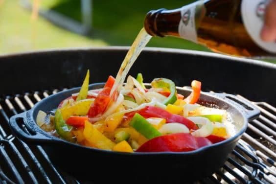 Gemüse für die Beer Brats mit Bier ablöschen