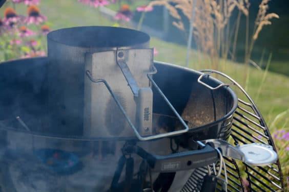 Grill anfeuern für die Zubereitung der Beer Brats