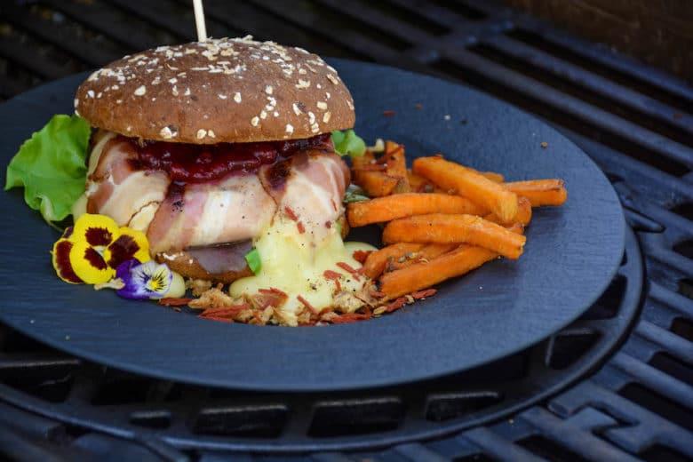 Camembert Burger vom Grill mit Preiselbeeren und Süßkartoffelpommes