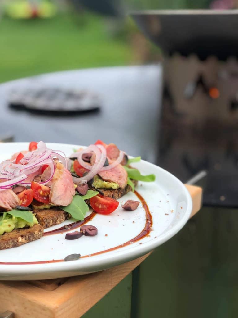Cuscino auf Avocadocreme direkt von der Feuerplatte
