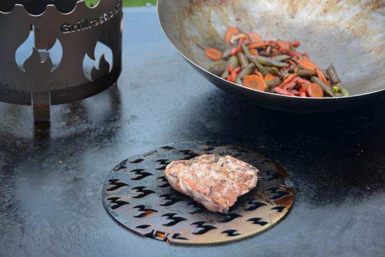 Zubereitung eines Stück Cuscion vom Schwein auf der Feuerplatte