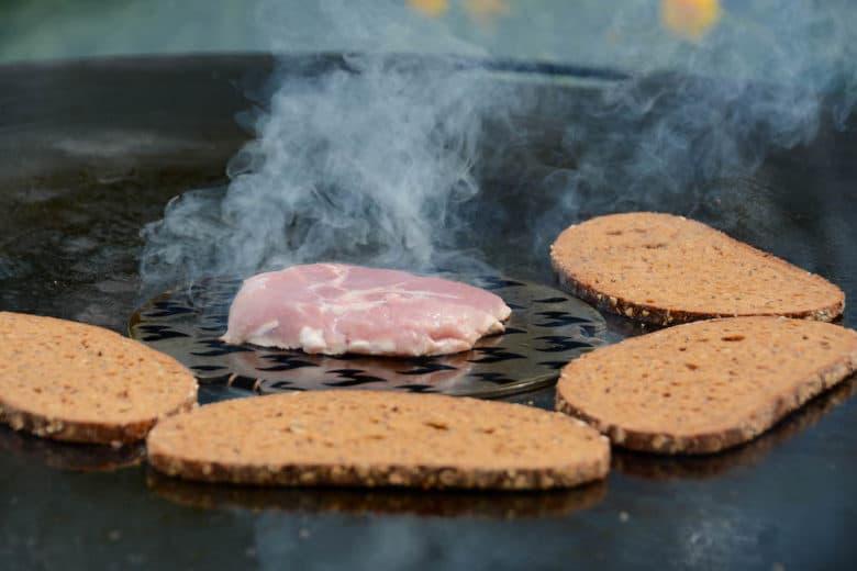 Cuscino auf der Feuerplatte grillen