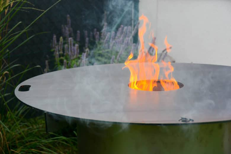 Feuerplatte direkt auf der Feuertonne aufgesetzt
