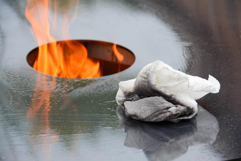 Die Feuerplatte mit Öl einbrennen