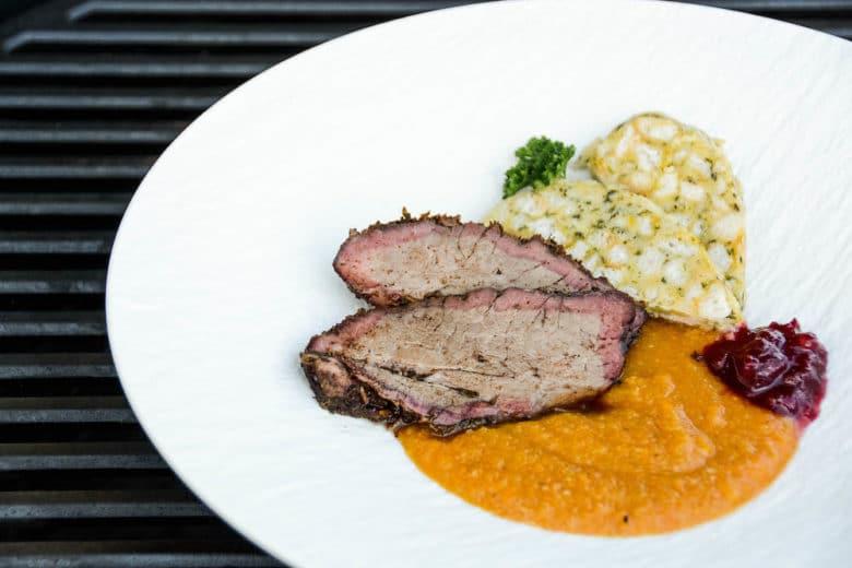 Angerichteter Yankee Pot Chuck Roast mit Semmelknödel, Sauce und Preiselbeeren