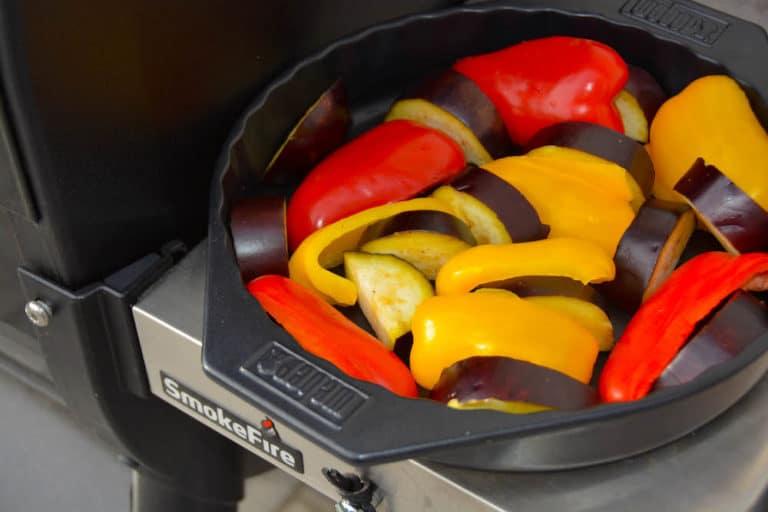 Gemüse für selbstgemachtes Ajvar zubereiten