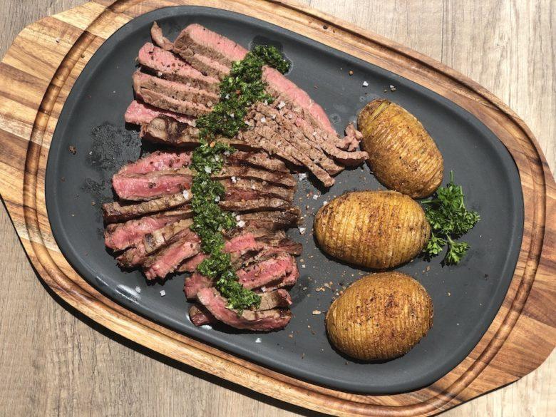 BBQ Passion Wärmeplatte von Villeroy & Boch mit Steak & Fächerkartoffeln servierfertig
