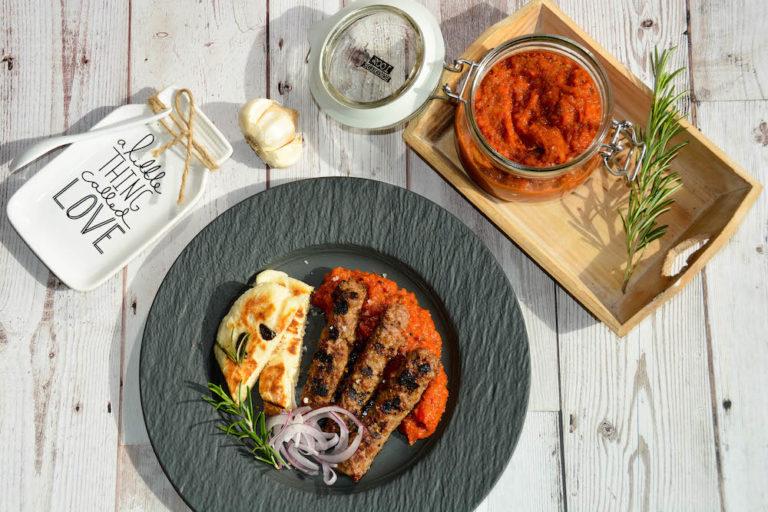 Selbstgemachte Original Cevapcici vom Grill mit frischem Alvar und Fladenbrot