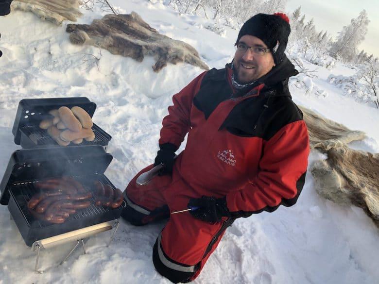 Wir haben mit dem Weber Go Anywhere Rentier-Hotdogs in der Wildnis von Lappland gegrillt