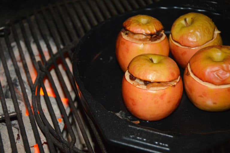 Bratäpfel mit Füllung am Grill garen