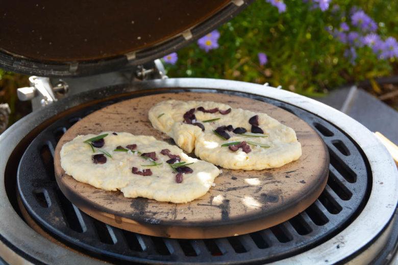 Saftiges Fladenbrot mit Joghurt am Monolith Grill gebacken