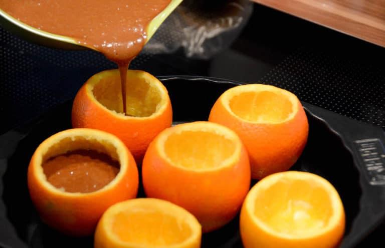 Schokokuchen : Teigmasse in die Orangenschale füllen