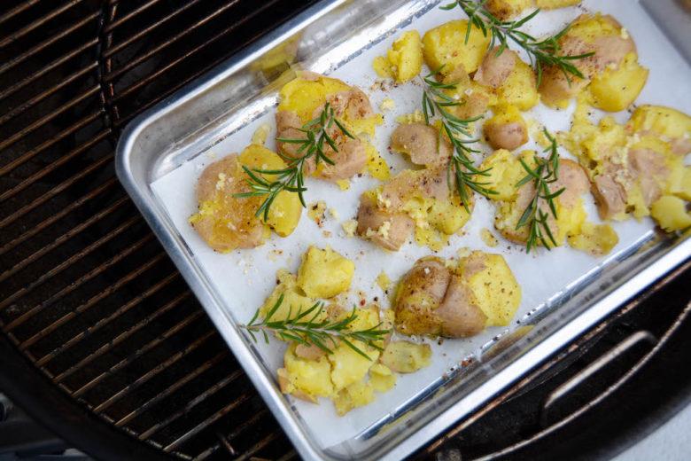 Knusprige Stampfkartoffeln vom Grill
