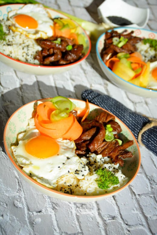 Servierfertige Bulgogi Bowl mit Spiegelei, Gemüse und Sesam