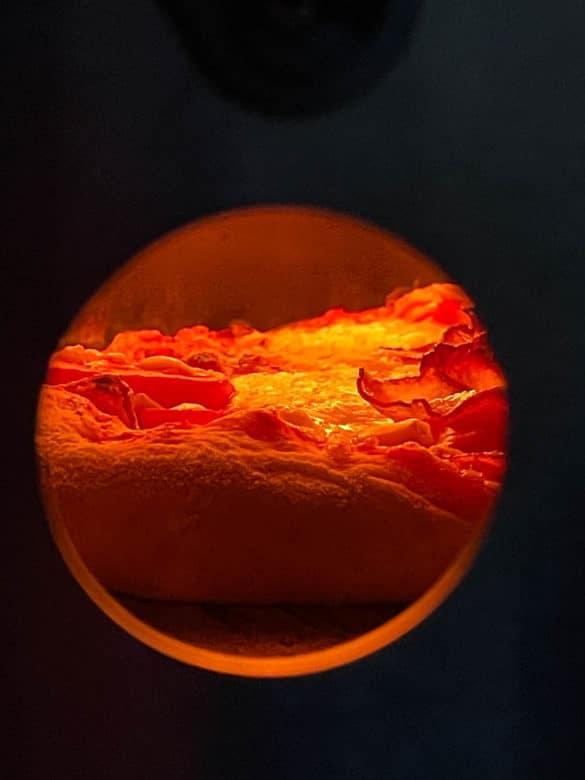 Ein Blick durch das Guckloch im Pizzaofen Nero