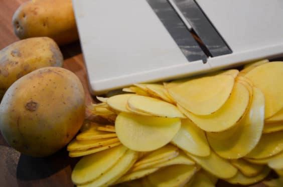 Cremiges Kartoffelgratin in der Zubereitung