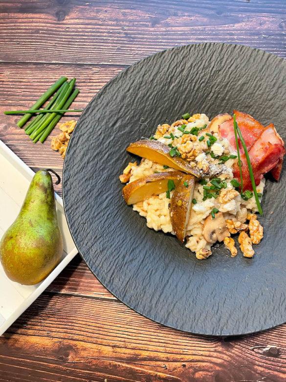 Cremiges Pilzrisotto aus dem Dutch Oven mit Karamell Birnen und Baconstreifen