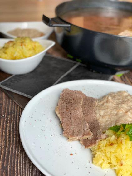 Zarter Tafelspitz mit Semmelkren und Kartoffelsterz aus dem Dutch Oven