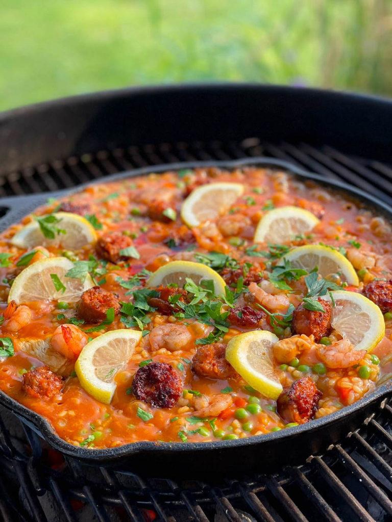 Spanische Paella mit Huhn, Shrimps und Chorizo