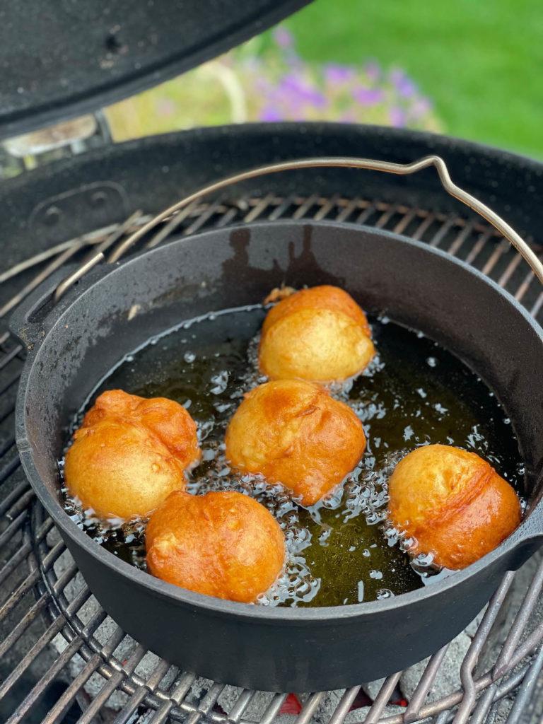 Goldbraune Gin Topfenbällchen aus dem Dutch Oven