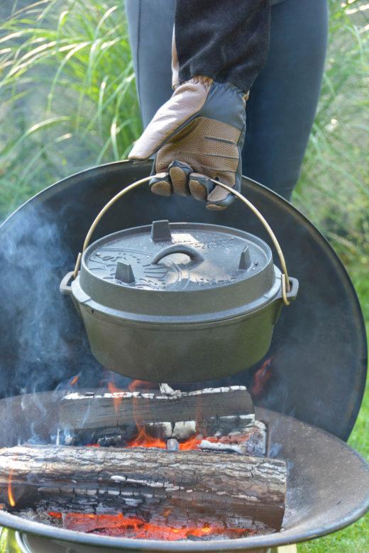 Grillhandschuh von Rohleder im Einsatz beim heißen Dutch Oven