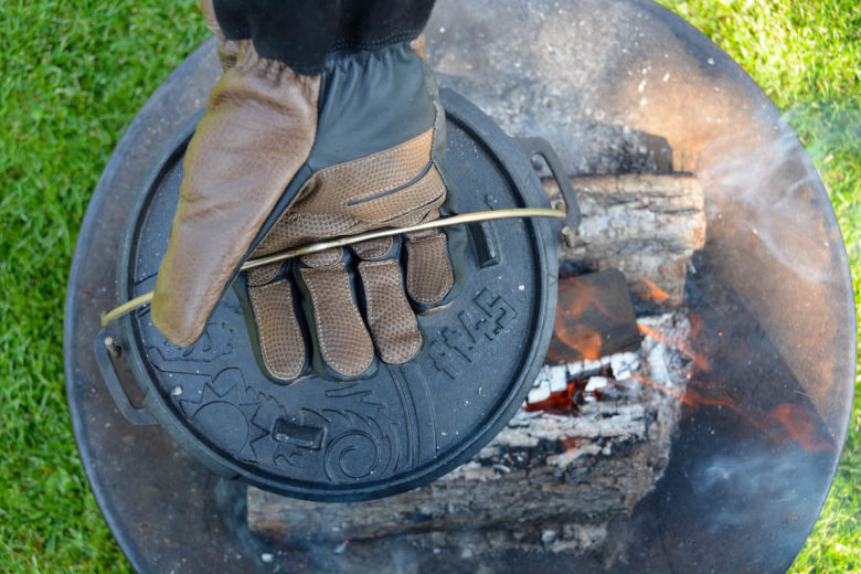 Perfekter Griff mit den Grillhandschuhe von Rohleder